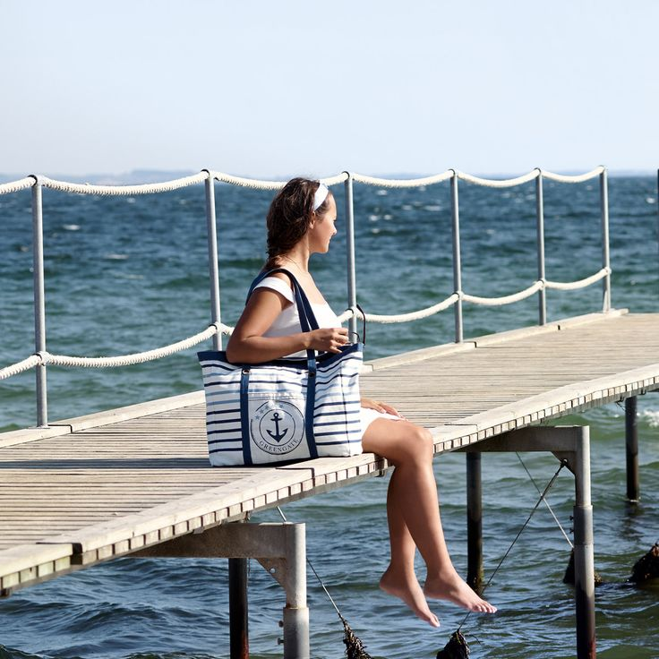 """Mit der Strandtasche nehmen Sie die See einfach mit auf den Weg - das maritime Flair der Canvasbag """"Anchor"""" von GreenGate versprüht lockerleichte Urlaubsstimmung und sorgt für entspannte Stunden. Die Tasche bietet ausreichend Platz für Handtuch, Badeanzug, Strandspiele und Co. und beherbergt auch gerne einfach nur den täglichen Einkauf: http://www.nostalgieimkinderzimmer.de/strandtasche-greengate-anchor-indigo.html"""