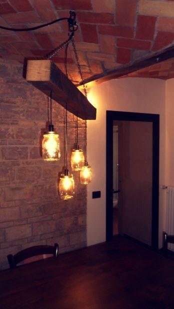 Lampadario con trave invecchiato e 4 lampadine a led con filamento a vista, inserite in 4 rispettivi barattoli di vetro