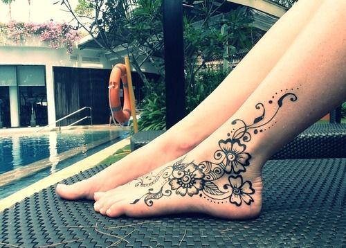 foot henna Check out more desings at: http://www.mehndiequalshenna.com/ #ishoes #hennatattoo