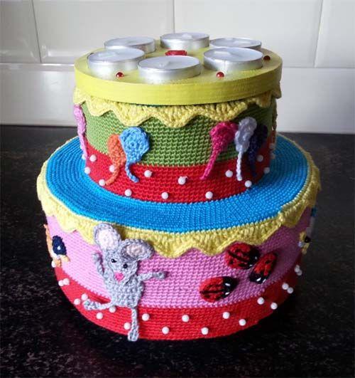 Gehaakte verjaardagstaart. Deze taart kan worden gebruikt als verjaardagstaart in de kleuterklas. De kinderen kunnen dan zonder probleem zelf de kaarsjes uitblazen. - Petra's Hobby site