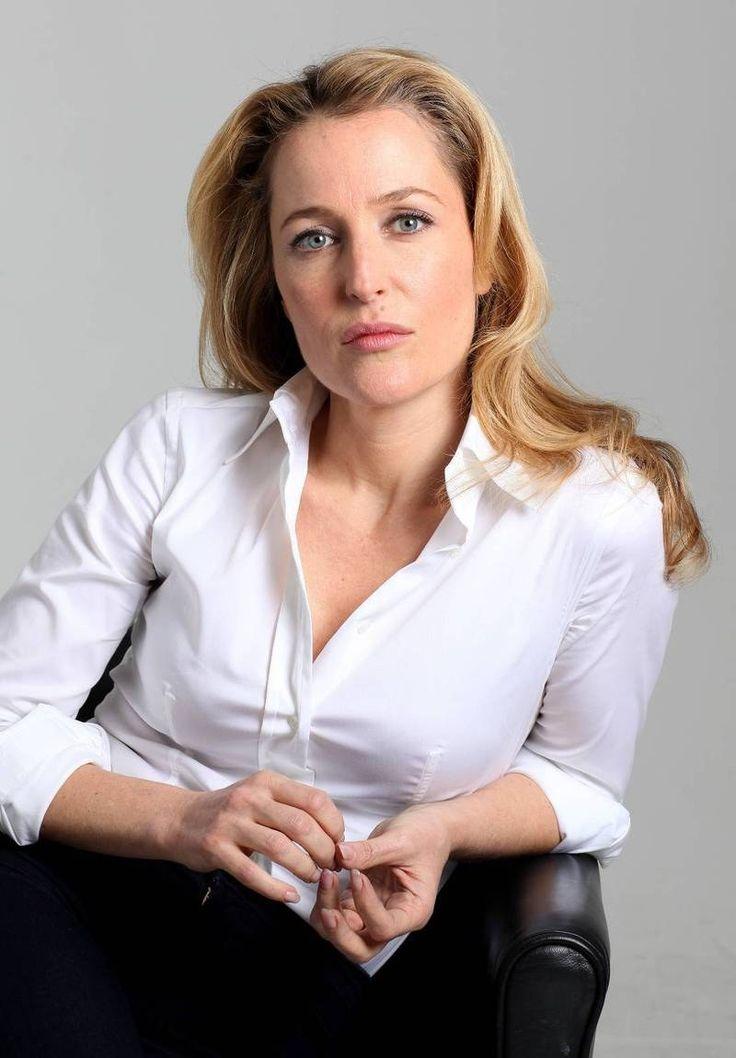 O tempo parece não passar para Gillian Anderson, a eterna Scully de ARQUIVO-X. Olha como ela está mais linda do que nunca! E tem mais: a atriz terá um grande papel na nova série Hannibal http://www.minhaserie.com.br/novidades/9762-gillian-anderson-a-scully-de-arquivo-x-participara-da-serie-hannibal