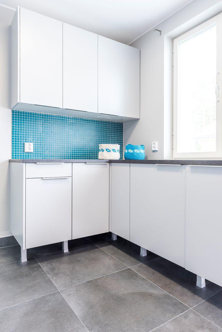 Passiivikivitalo Skaala. Kodinhoitohuoneen välitilassa Arkitekt Color -sarjan petroolinvärinen matta mosaiikki. #pukkilalaatat #pukkila