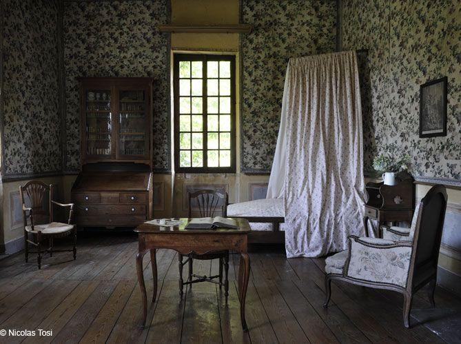 Jean-Jacques Rousseau a 24 ans lorsqu'il s'installe aux Charmettes. Cette maison, abondamment décrite dans Les Confessions, est devenue un pèlerinage littéraire. Lamartine, George Sand et...