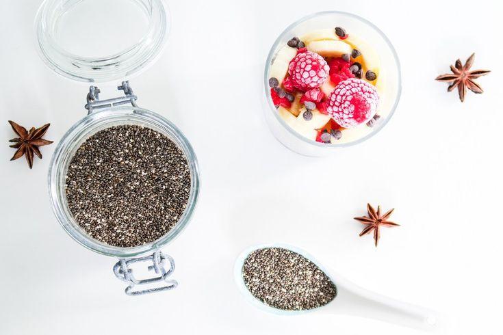 Le pudding de chia est la façon la plus populaire de consommer des graines de chia. On le croise souvent dans les petits déjeuners de la sphère « green et healthy » car il est nutritif, rassasiant tout en restant light. On peut sans problème l'intégrer à un régime pour une perte de poids et mincir sans s'affamer. La graine de chia est un superaliment, ou superfood. Hyper nourrissante, protéinée, vitaminée, antioxydante, elle apporte de l'énergie, booste le système immunitaire, rétablisse…