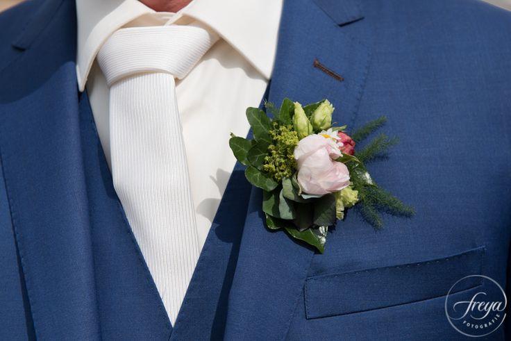 Corsage bruidegom | Sas bloemiste - Edam | Jute en kant bruiloft | http://www.trouwfotografiefreya.nl/real-weddings/jute-en-kant-bruiloft/ | burlap and lace DIY bride wedding styling