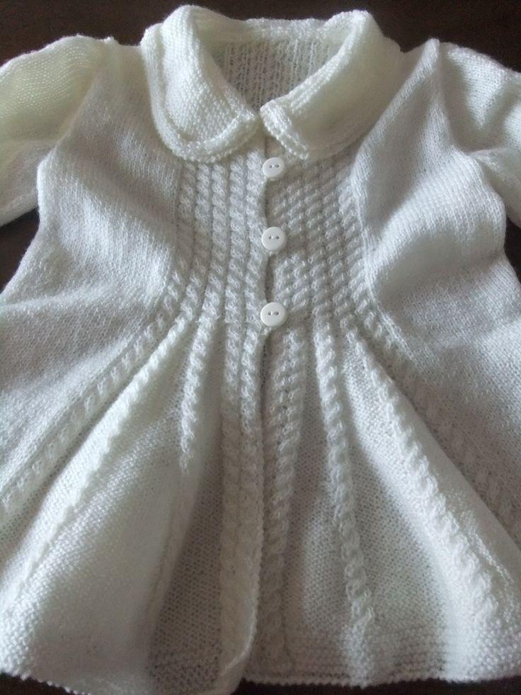 Chaqueta trenzada blanca y larga para niña. Hecha por María Landín