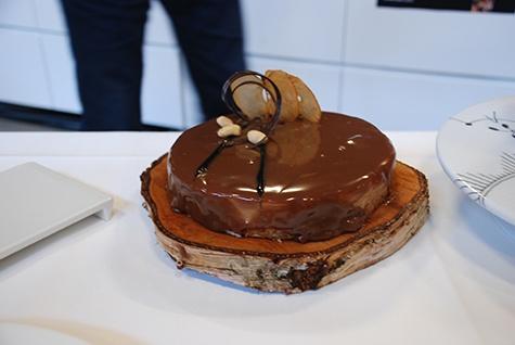 Her ses kagen, hvor bunden er lavet af tørrede æbler, bagt hvid chokolade og peanuts. Ovenpå bunden er en syrlig æblegelé og saltet peanutbutter. Ovenpå igen er hvid chokoladecheesecake. Udenpå kagen er en lys chokolademousse og en lys chokoladeglacering.