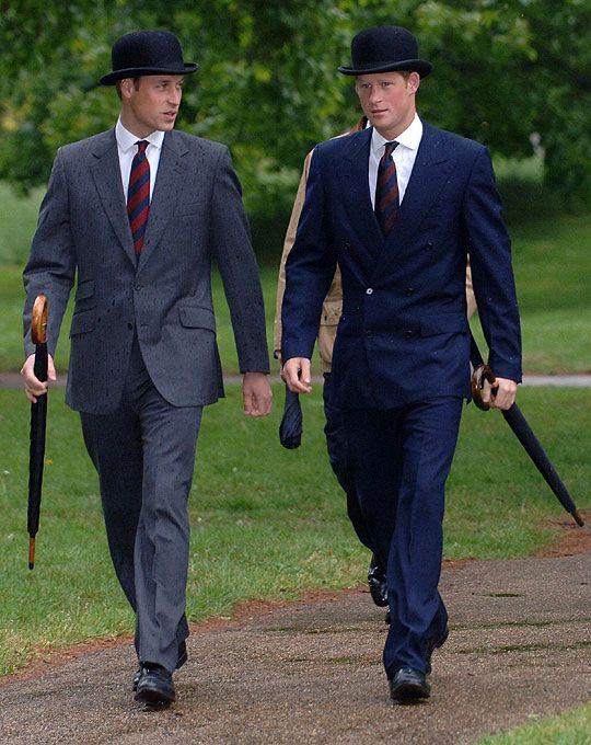 <!--img_tag_s--><!--img_tag_e-->    13일(현지시간) 런던 하이드 공원에서 열린 합동 전우회에 참석한 영국의 윌리엄      왕자(左)와 헨리 왕자가 정갈한 정장 차림으로 걷고 있다. 1차 세계 대전 당시의 관리들은 형제들의 차림처럼 검정 중산모자를 쓰고 우산을 들었다. (AP) Prince William and Harry