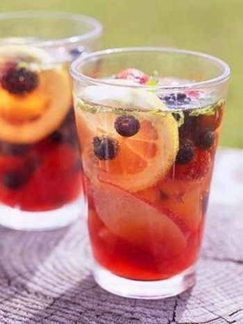 【レモン・ベリー類・ソーダ】 暑い日は、仕上げに炭酸を注いだティーソーダがおすすめ!ピクニック先なら、市販の紅茶に果物と炭酸を合わせるだけでもOKです。
