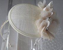 Avorio Chiffon cristallo fiore Sinamay cappello di Fascinator con velo e fascia di cristallo, per matrimoni, damigella d'onore, feste, occasioni speciali