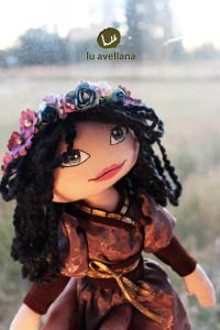 MANUALIDADES MUÑECA DE TELA – princesa pelo negro muñeca confeccionada en tela, con rostro pintado a mano creadora: Lu Albornoz