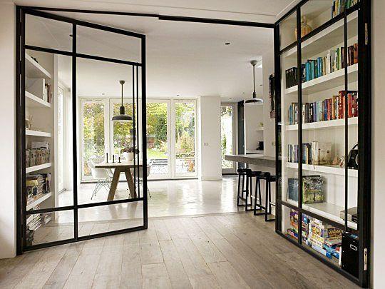 Super slimme glazen wand waarvan de deuren ook tegelijk kastdeuren zijn. Hulde aan Conny Deerenberg.