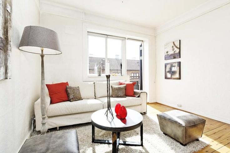 #livingroom #sunshine #sofa #interiordesign #Nittedalgata16 #Kampen #Oslo #Norway #red #black #white #finn