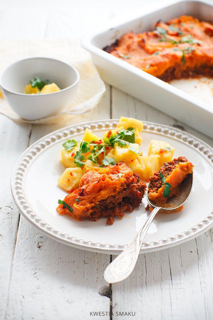 Zapiekanka z mielonej wołowiny i purée z batatów  Popularna zapiekanka cottage pie w wersji paleo. Podawana z ugotowanym kalafiorem lub salsą z ananasa i chili.