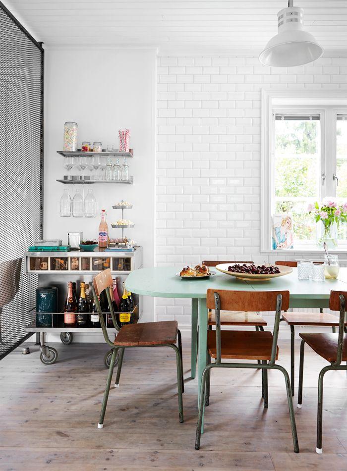 Kakel, Bauhaus. Stolar, Blocket. Vägghyllor och träfat, Ikea. Flaskhängare och vagn, loppis. Servetthållare och småflaskor med sugrör, Leila´s General Store. Matbordet har paret köpt på Blocket och målat.