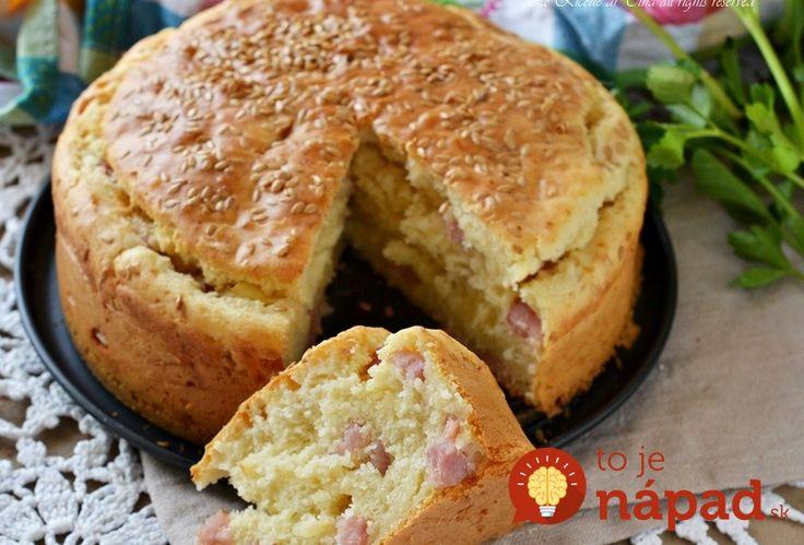 Tento slaný koláč skutočne pripravíte rýchlejšie ako šalát – stačí len všetko zmiešať, šup na plech a do pol hodinky máte upečené výborné slané pohostenie, alebo skvelú náhradu chlebíka.