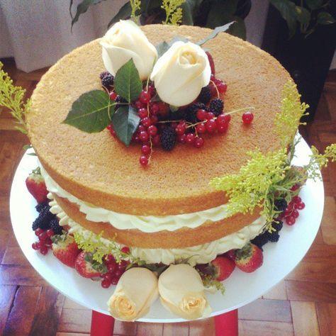 """Bolo de casamento estilo """"naked cake"""" decorado com frutas vermelhas e rosas brancas. Foto e bolo: Nena Chocolates."""