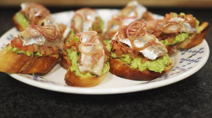 Bruschetta met guacamole, gerookte sprot en tomatensalsa | Dagelijkse kost