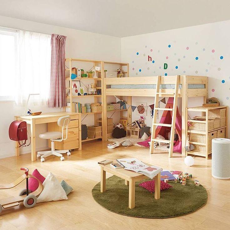 「【Compact Life Tips】Child's Room 同じ幅のパイン材のユニットシェルフとミドルベッドを組み合わせた子供部屋。ベッド下のフリースペースは、お子さまが自由に楽しめるプレイルームや成長に合わせて多様な使い方が可能です The child's room combines a raised…」