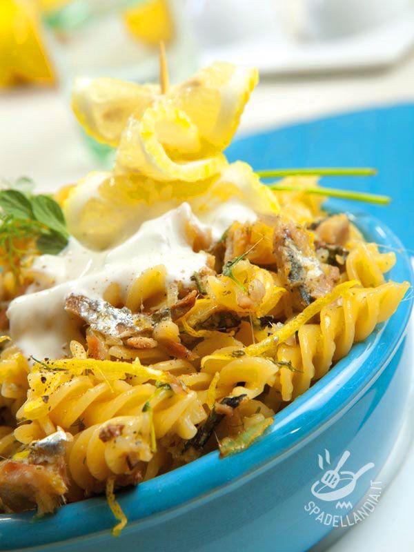 I Fusilli al limone, sardine ed erbe aromatiche sono un primo di pesce che può fare da piatto unico, accompagnato da una insalata o contorno leggero! #pastaallesarde #pastaallesardine