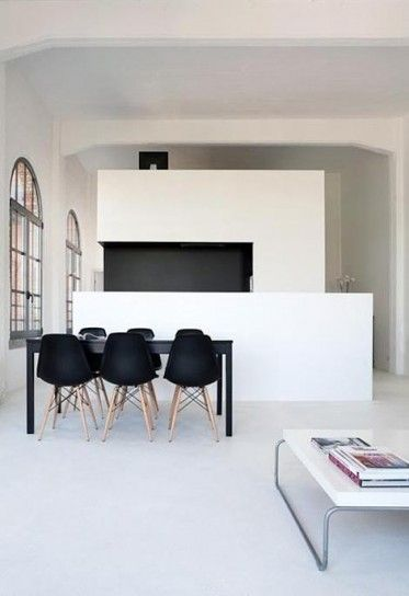 Simple sedie vitra arredi in bianco e nero with sedie nere for Sedie nere ecopelle