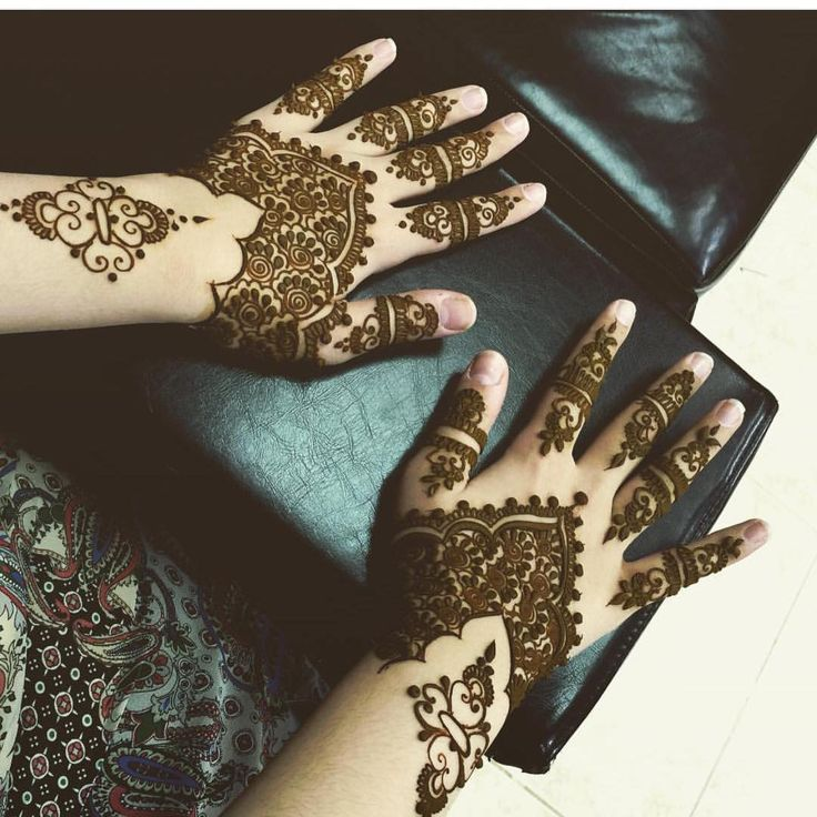 This is not disney related but many people assume Henna isn't Arabic/Middle Eastern when in fact first person to discover Henna plant was an arab that's why the name is arabic حنا - the indian version is mehendi! #arabianculture #arab #henna #hennatattoo #aladdin #jasmine #princessjasmine #princessofagrabah #pattern #design #artistic #arabia #arabculture #arabiannights #disney http://misstagram.com/ipost/1573430979152980742/?code=BXV8yOfAisG