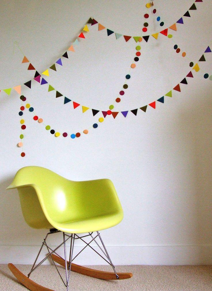 Гирлянды из бумаги своими руками (50 фото): декор для уютного дома http://happymodern.ru/girlyandy-iz-bumagi-svoimi-rukami-50-foto-dekor-dlya-uyutnogo-doma/ Разноцветные флажки из бумаги