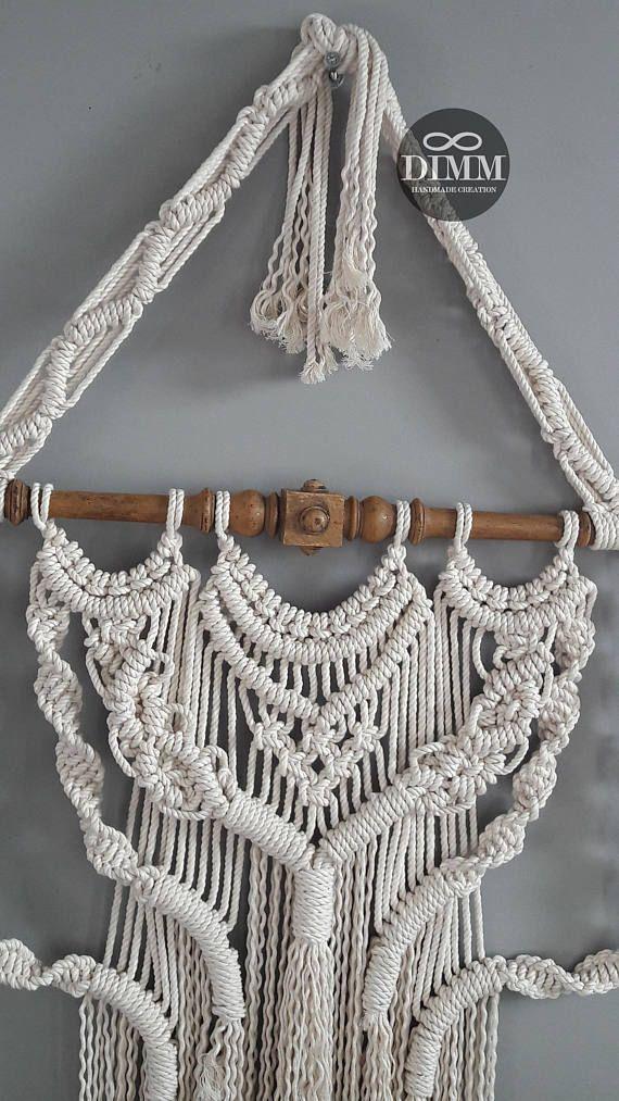 Macramé wandkleed ecru boho, macrame muur decoratie, macrame wall hanging. Gemaakt op een prachtige oude trapspijl en geknoopt met 5 mm 100 % katoen touw / koord. Grootte: Totale lengte: +/- 125 cm (49,22) van top tot staart Lengte vanaf trapspijl: +/- 88 cm (34,65 ) Breedte trapspijl: