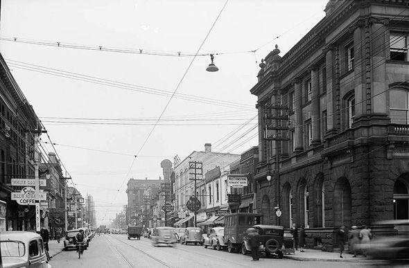 Toronto 1930s Yonge looking north at Charles.