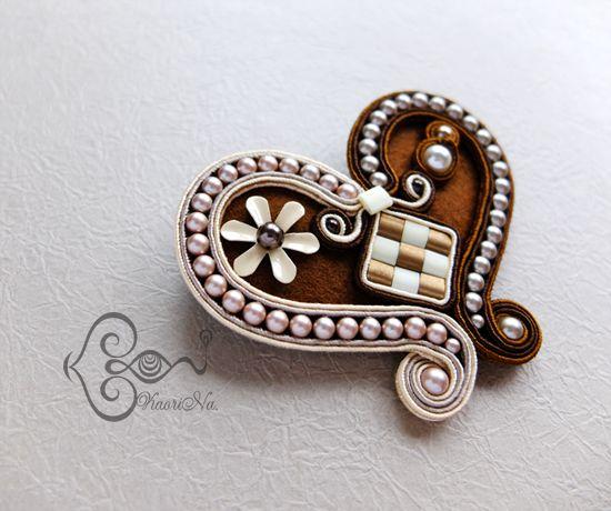 """ソウタシエ・ハートのブローチ Heart Brooch """"Vintage Brown"""" by KaoriNa."""