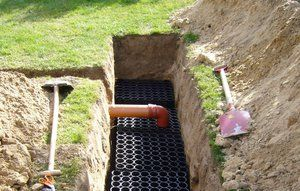 En faskine leder regnvandet ned i grundvandet i stedet for i kloakken.