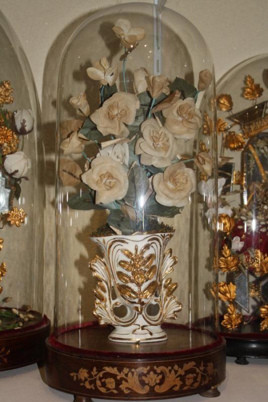 Beaucoup de mariées respectent encore aujourd'hui le langage des fleurs pour le choix de leur bouquet de mariage;  Rose rouge, pour l'amour.  Rose blanche, pour l'amour pur.  Tulipe, pour l'amour parfait.  Oeillet, pour la sincérité.  Lys, pour la pureté.  Azalée, pour la joie d'aimer.     Et, on évite la rose jaune, synonyme d'infidélité.  Le narcisse, pour la froideur.  La violette, synonyme d'amour secret.