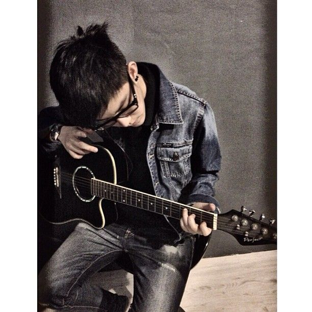 I like someone who know to play guitar.