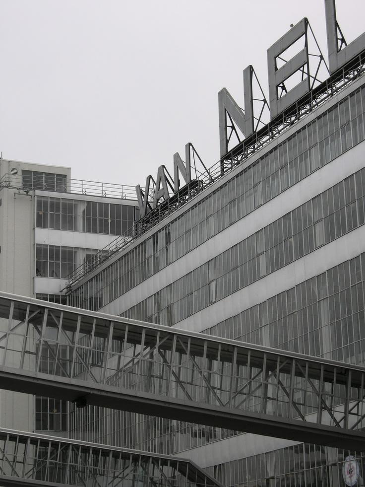 Van Nellefabriek, Rotterdam, 1926. De industrialisatie levert nieuwe bouwmaterialen op, dus ook nieuwe bouwtechnieken. De Functionalisten willen schoonheid, eenvoud en functie laten samenvallen. Ze streven naar gebouwen die licht, luchtig en ruimtelijk is. Daarom kiezen ze voor grote glaswanden die mogelijk zijn door skeletbouw: stalen of betonnen geraamtes die het gebouw dragen. Dit laat ruimte voor enorme glasgevels.