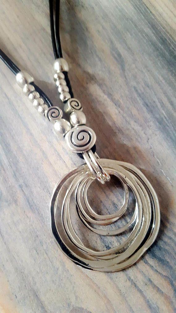 Sieh dir dieses Produkt an in meinem Etsy-Shop https://www.etsy.com/de/listing/499839755/double-woman-leather-necklace-spiral