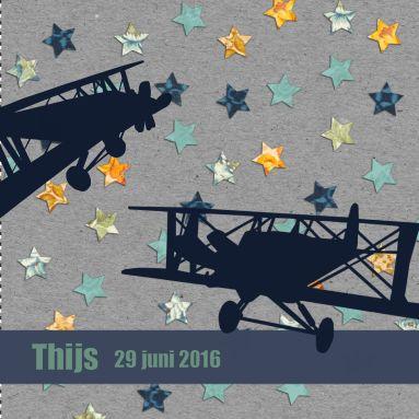 Een stoer vintage geboortekaartje met vliegtuigen en sterren op een grijze achtergrond.