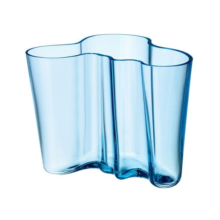 IITTALA - Vase Aalto, 16cm | SCHÖNER WOHNEN-Shop Die Vase lässt sich fantastisch für Tulpen und viele andere Blumen verwenden, aber man kann die kleine Vase z. B. wunderbar als Stiftebecher verwenden.  Die Vase wird in mehreren Farben angeboten, jedes Jahr gibt es eine neue Farbe - die Klassiker sind natürlich klar und opalweiß.  Heute sagt man in Finnland - man kauft nicht irgendeine neue Vase, sondern eine Aalto Vase in einer neuen Farbe!