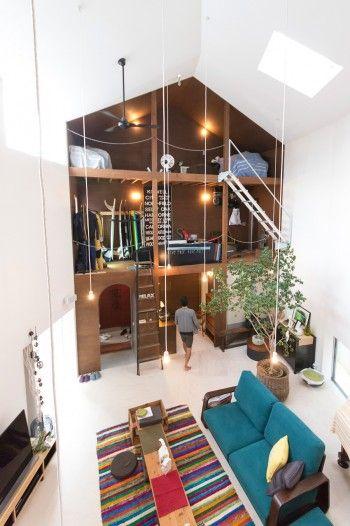 """雅一さんのサーフハウスのサイド。リビングから見える""""ガレージ""""という斬新な発想。1階は玄関と洗面所、浴室。"""