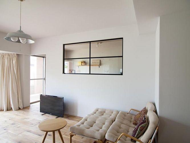 <p>視線が抜けるから空間を広く感じるし、光も気配も届く室内窓。寝室や子供部屋との間仕切りにグッド。</p>