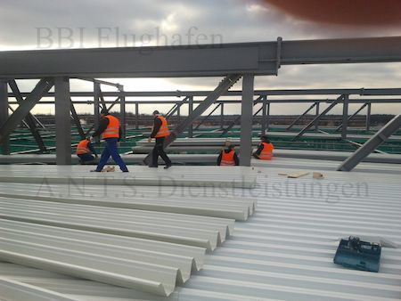 BBI Flugchafen Berlin Dach Trepblech Stahlbau Hallenbau Industriebau Kran Gerüst Monteure SOKA-BAU BG-BAU