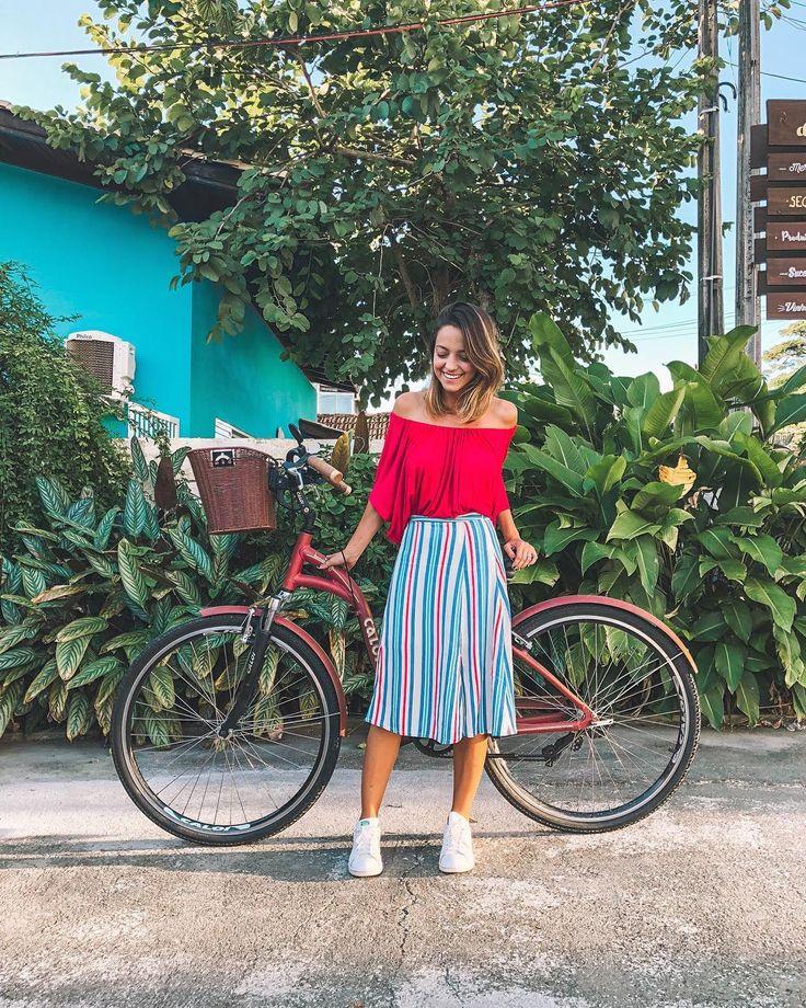 look com bicicleta! a saia midi com tênis funciona bem com meu 1,60m, porque: é de listras e leva nosso olhar de cima para baixo, … | truques de estilo de 2019 | Look, Looks com saia midi e Looks