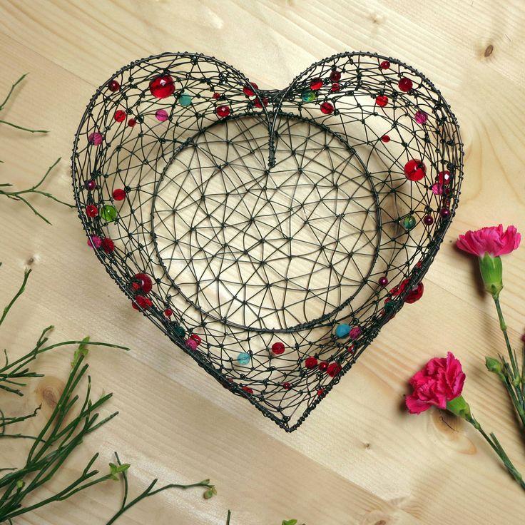 srdcový+košíček+++drátovaný+košíček+ve+tvaru+srdce+jsem+vyrobila+ze+železného+drátu+a+směsi+mačkaných+a+broušených+skleněných+korálků.+na+sušené+šípky,+na+jeřabiny,+na+jablíčko,+na+oříšky...+rozměry+horního+otvoru+ve+tvaru+srdce+měří+cca+20+x+20+cm,+výška+cca+12+cm.+drát+získá+ve+vlhku+rezavou+patinu.+na+čištění+použijte+suchý+kartáček,...