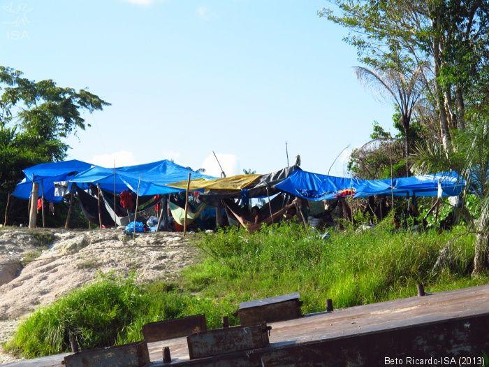 Acampamento de índios Hupdah e Yuhupde em porto Queiroz Galvão, no entorno de São Gabriel. Eles esperam para receber benefícios sociais