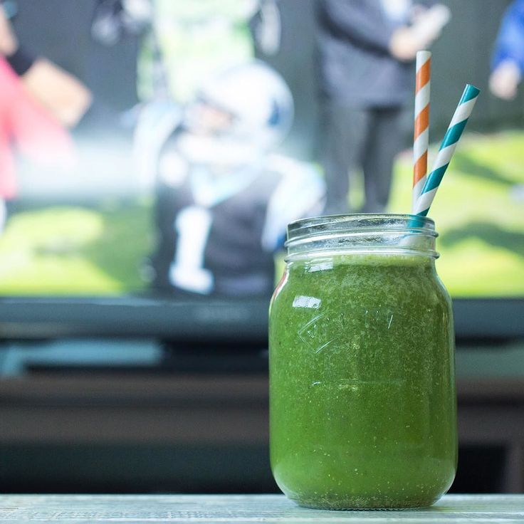 This is how we pre-game! Who are you rooting for? #detoxretox #sunday #football #smoothie #broncos #panthers #dontreallycareijustwanttoseebeyonce #halftime #queenbeetho #pregame by amazinggrass