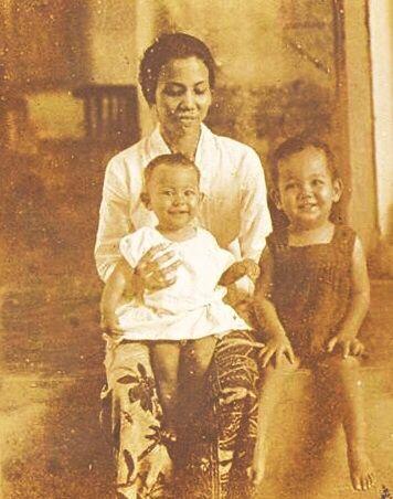 Ietje Lasut en Bob Lasut met hun moeder