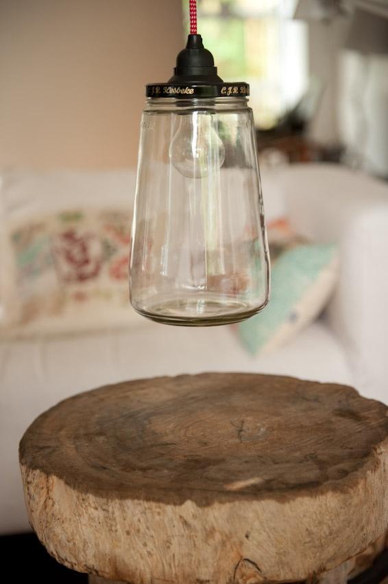 Pickle-light verkrijgbaar bij www.roozje.nl Leuke lamp gemaakt van een augurkenpot! Goed schoongemaakt en voorzien een mooi rood/wit snoer voor een bom licht in huis. De pot kan ook gedeeltelijk worden gevuld met knoopjes, kralen, beestjes of net wat je leuk lijkt. De pot is 25 cm hoog en heeft een stekker van 1 meter met zwarte plafondkap. De augurkenpotlamp is gemaakt door RESCUED! Recycle recycling hanglamp glas glazen kinderkamer babykamer stoer