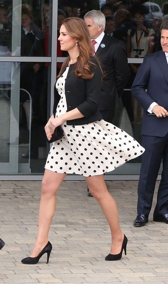 6 grudnia 2012 roku Kate Middleton i książę William po krótkim pobycie opuścili Szpital Pamięci Króla Edwarda. Sfotografowana tamtego dnia księżna z bukietem żółtych róż promieniała szczęściem. Podejrzewano wtedy, że małżeństwo jest w ciąży. Plotkę