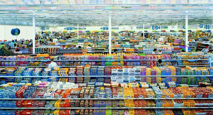 99 Cent II Diptychon. Incroyable image illustrant les vertiges de la société de consommation, dans un magasin où tous les produits sont à 99 Cent.