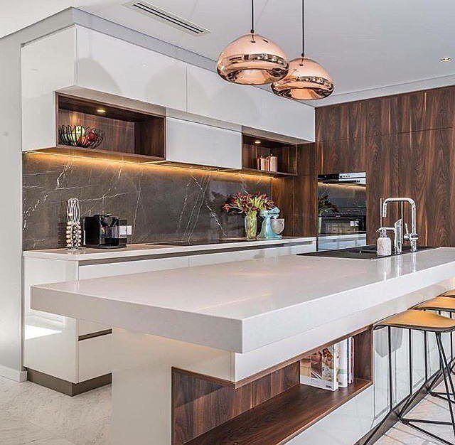 """506 curtidas, 5 comentários - Arquitetura e decoração (@chiquedecor) no Instagram: """"Amei os revestimentos e os contrastes dessa cozinha. Amo branco com madeira! ❤❤❤ Projeto: Webb &…"""""""
