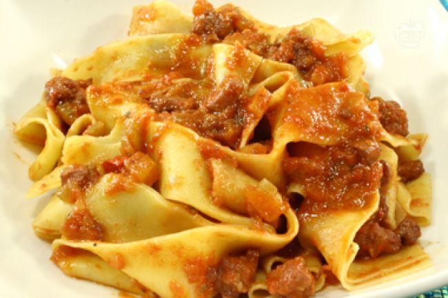 Le pappardelle al ragù di cinghiale sono un robusto primo piatto di origine toscana,er la precisione della zona di Grosseto, preparate con un trito di cipolla, carote, sedano, spezie, vino rosso e passata di pomodoro.